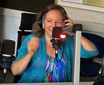 Foto von Susanne Landskron am Mikrofon (Radio Rüsselsheim - Klangmomente)